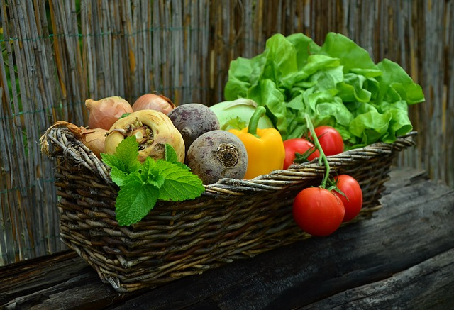 Корзинка с натуральными продуктами