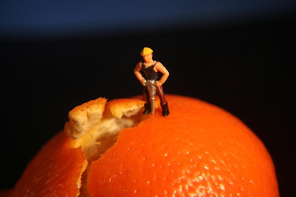 Фотография цедры апельсина с образом мужчины