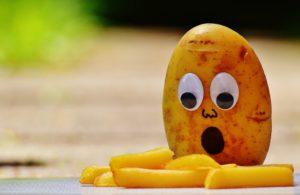 В сыром виде напоминает репу, а жареный и вовсе похож на картофель.